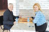 Строителният техник Л. Динев спечели великденския турнир по табла в Дупница, дизайнерът Ст. Йорданова от Кюстендил се изправи срещу кмета М. Чимев в мъжката надпревара