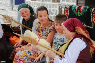 """Сладкодумните бански баби събраха на """"благ моабет"""" гостите на курортния град и им показаха как се преде и тъче"""