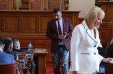 Депутатът Филип Станев получи забележка, че носи скъсани дънки в парламента